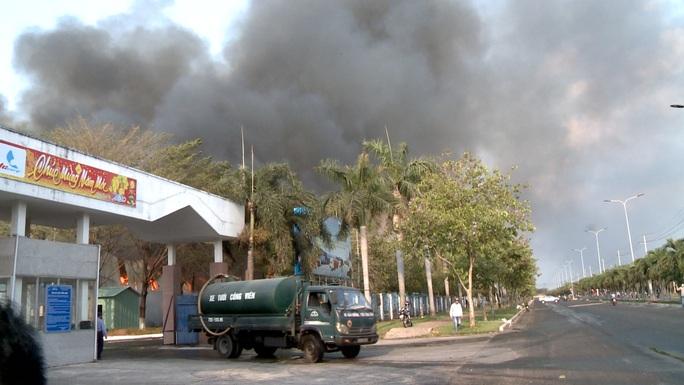 Hàng chục xe cứu hỏa chữa cháy kho hạt điều và lúa mì - Ảnh 5.