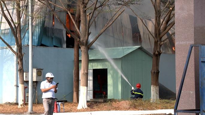 Hàng chục xe cứu hỏa chữa cháy kho hạt điều và lúa mì - Ảnh 9.