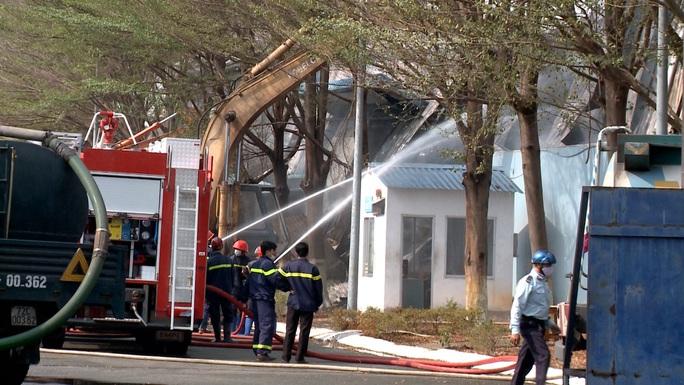 Hàng chục xe cứu hỏa chữa cháy kho hạt điều và lúa mì - Ảnh 3.