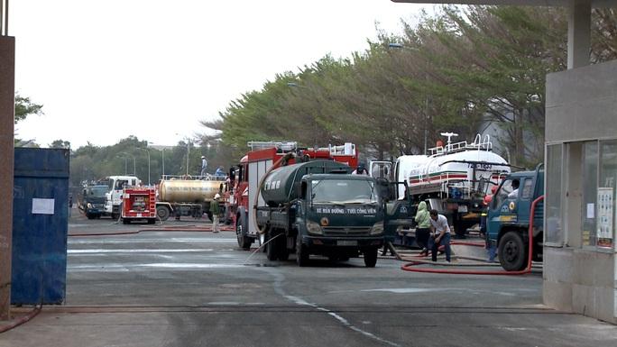 Hàng chục xe cứu hỏa chữa cháy kho hạt điều và lúa mì - Ảnh 4.