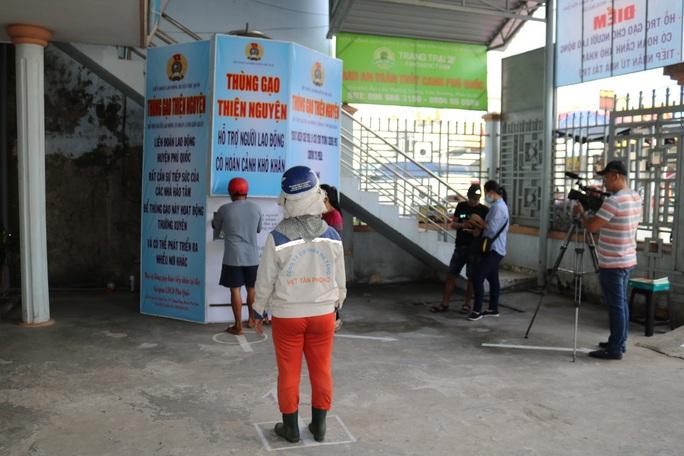 LĐLĐ huyện Phú Quốc khởi động thùng gạo nghĩa tình tặng người nghèo - Ảnh 5.