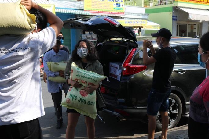 LĐLĐ huyện Phú Quốc khởi động thùng gạo nghĩa tình tặng người nghèo - Ảnh 6.