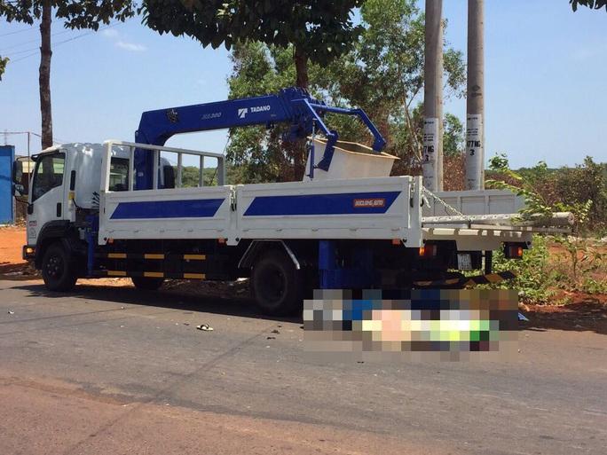 Tông vào đuôi xe tải đang đậu bên đường, một thanh niên tử vong - Ảnh 1.