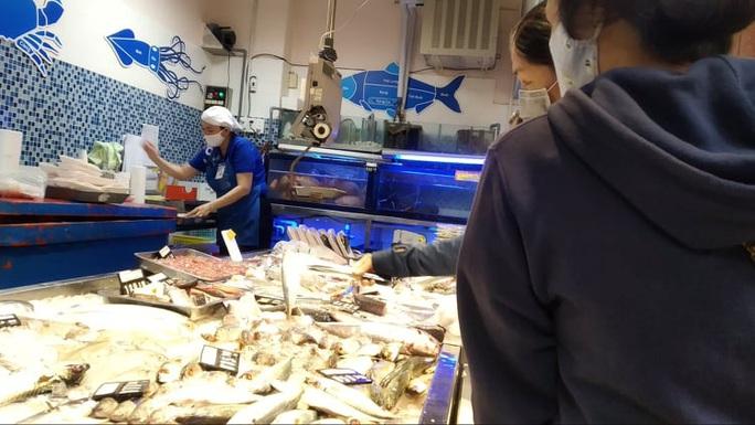 Chợ, siêu thị ở TP HCM đông vui trong 2 ngày nghỉ lễ nhờ giảm giá - Ảnh 4.