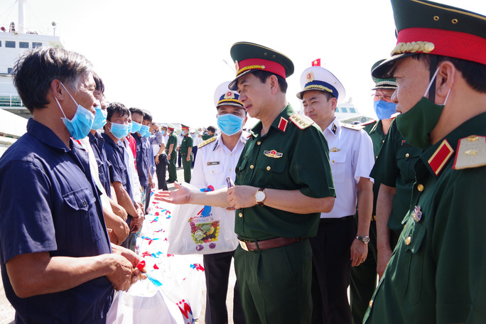 Thứ trưởng Bộ Quốc phòng đón 30 ngư dân gặp nạn trên biển trở về - Ảnh 3.