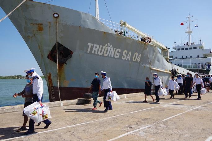Thứ trưởng Bộ Quốc phòng đón 30 ngư dân gặp nạn trên biển trở về - Ảnh 1.