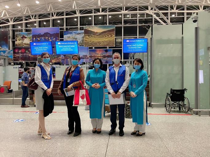 276 người Việt từ Canada về nước tại sân bay Vân Đồn - Ảnh 3.