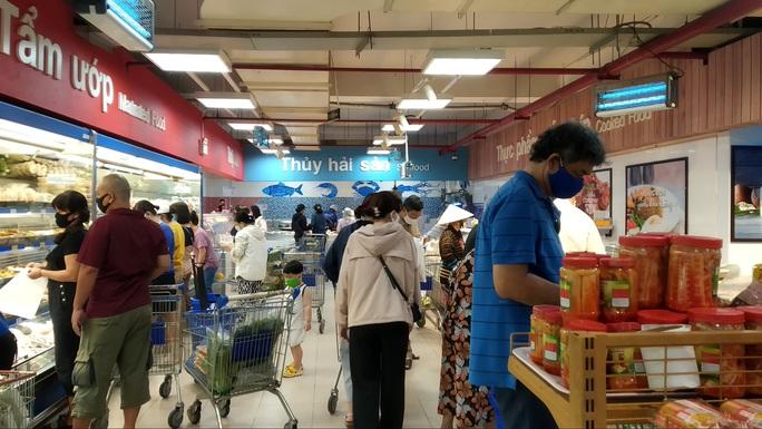 Chợ, siêu thị ở TP HCM đông vui trong 2 ngày nghỉ lễ nhờ giảm giá - Ảnh 3.