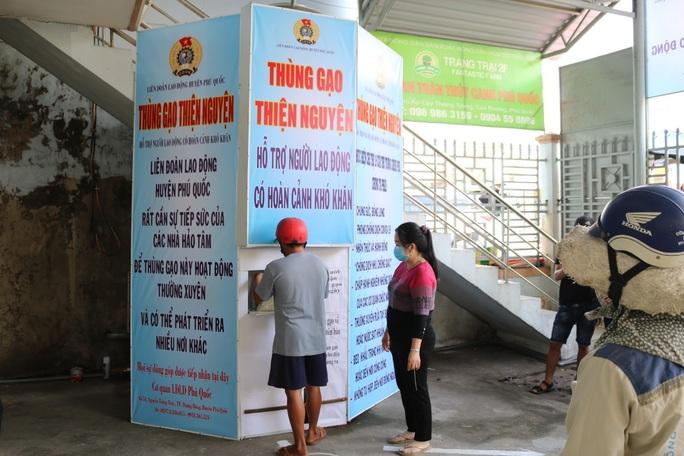 LĐLĐ huyện Phú Quốc khởi động thùng gạo nghĩa tình tặng người nghèo - Ảnh 7.