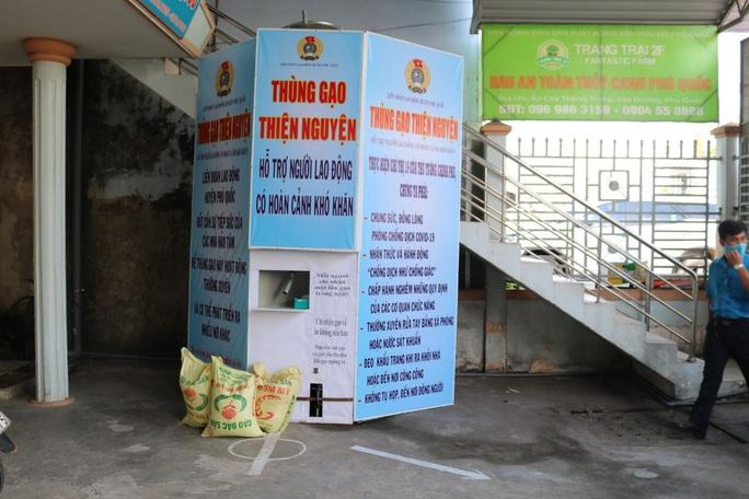 LĐLĐ huyện Phú Quốc khởi động thùng gạo nghĩa tình tặng người nghèo - Ảnh 8.