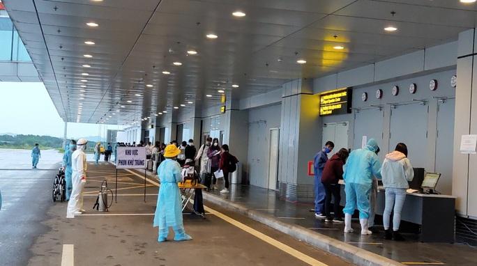 276 người Việt từ Canada về nước tại sân bay Vân Đồn - Ảnh 12.