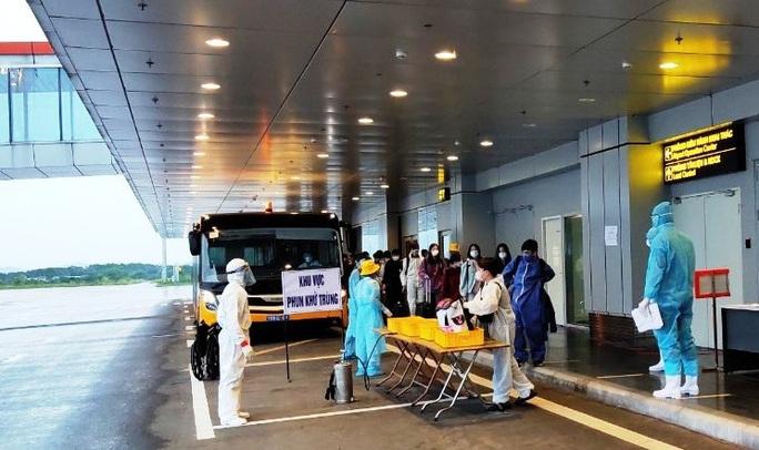 276 người Việt từ Canada về nước tại sân bay Vân Đồn - Ảnh 11.