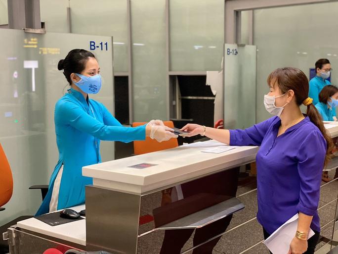 276 người Việt từ Canada về nước tại sân bay Vân Đồn - Ảnh 4.