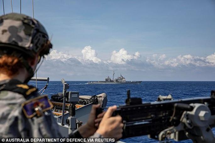 Cận cảnh các tàu chiến Mỹ thách thức Trung Quốc ở biển Đông - Ảnh 3.