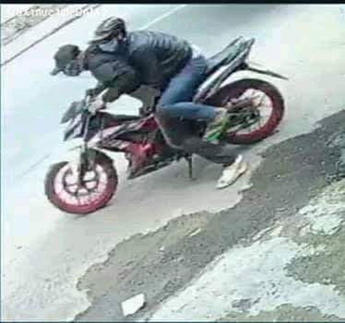 NÓNG: Công an tung người truy bắt 2 thanh niên dùng bình xịt hơi cay cướp tiệm vàng ở Bình Chánh - Ảnh 1.