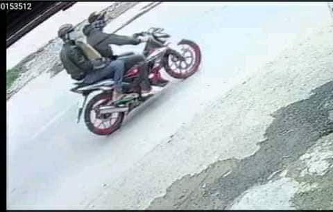 NÓNG: Công an tung người truy bắt 2 thanh niên dùng bình xịt hơi cay cướp tiệm vàng ở Bình Chánh - Ảnh 2.