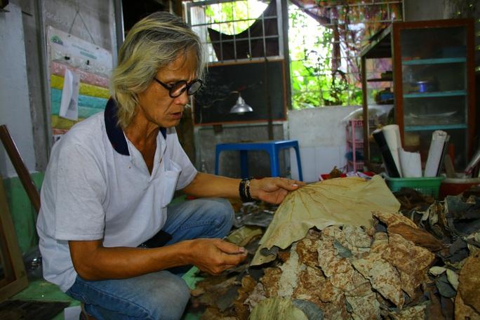 Nghệ nhân Đồng Tháp tiết lộ bí quyết sáng tác tranh Bác Hồ từ lá sen - Ảnh 1.