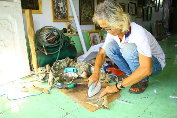 Nghệ nhân Đồng Tháp tiết lộ bí quyết sáng tác tranh Bác Hồ từ lá sen - Ảnh 2.