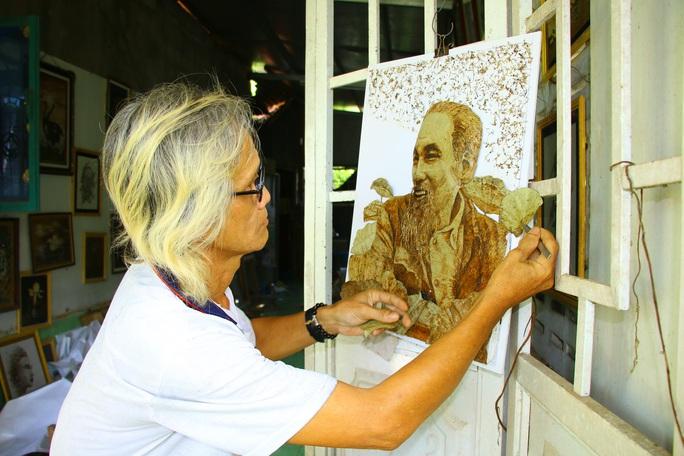 Nghệ nhân Đồng Tháp tiết lộ bí quyết sáng tác tranh Bác Hồ từ lá sen - Ảnh 4.