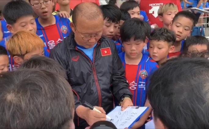 Thầy Park phân vân: Chọn sống ở Việt             Nam hay về với gia đình ở Hàn Quốc khi giải nghệ - Ảnh 2.