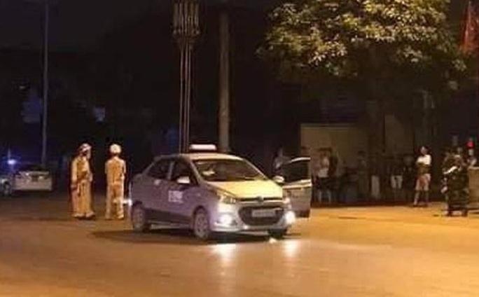 Dùng dao đâm tài xế, nghi cướp taxi - Ảnh 2.