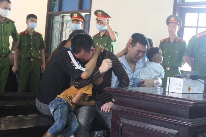 Hai bị cáo vận chuyển 30 bánh heroin ôm người thân bật khóc nức nở khi nhận án tử - Ảnh 1.