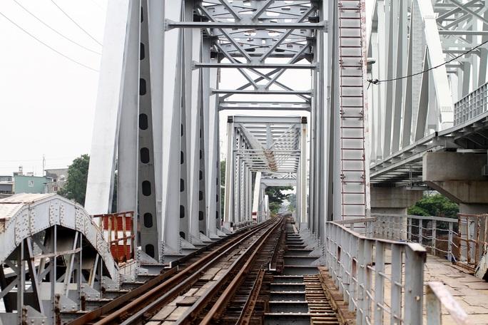 Những nhát búa đầu tiên tháo dỡ cầu               trăm tuổi bắc qua sông Sài Gòn - Ảnh 2.