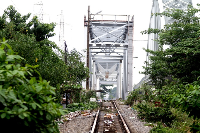 Những nhát búa đầu tiên tháo dỡ cầu               trăm tuổi bắc qua sông Sài Gòn - Ảnh 6.