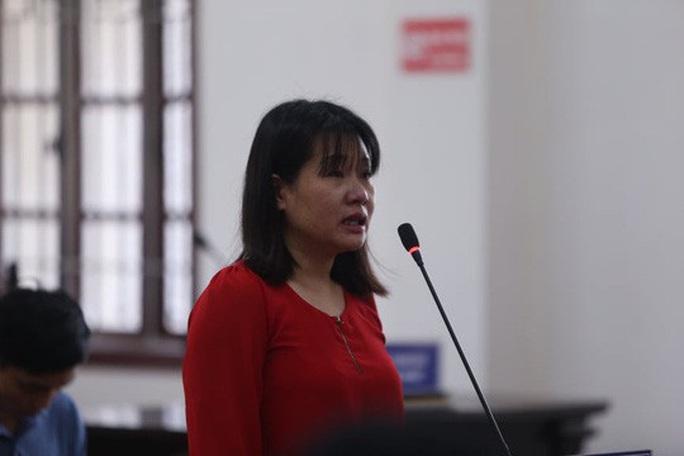 Nhiều nữ bị cáo bật khóc tại tòa trong vụ gian lận điểm thi THPT ở Hòa Bình - Ảnh 1.