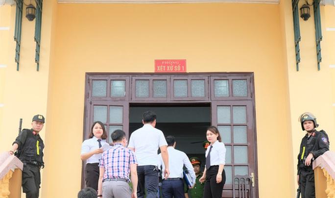 Nhiều nữ bị cáo bật khóc tại tòa trong vụ gian lận điểm thi THPT ở Hòa Bình - Ảnh 2.