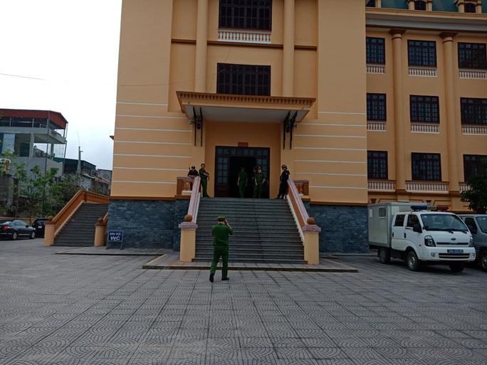 Nhiều nữ bị cáo bật khóc tại tòa trong vụ gian lận điểm thi THPT ở Hòa Bình - Ảnh 6.