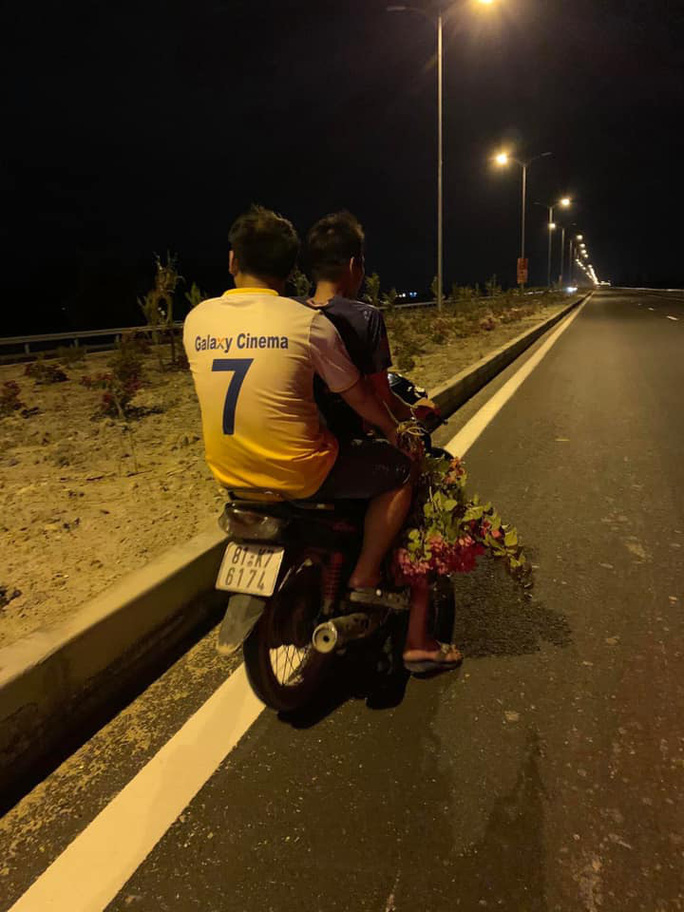 Nhức nhối nạn trộm hoa trên Quốc lộ ngàn tỉ vừa khánh thành - Ảnh 2.