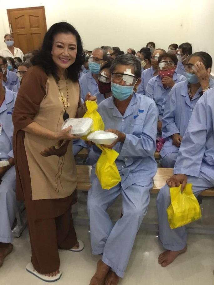 NSND Kim Cương vận động mổ mắt nhân đạo, tặng thùng đựng nước cho người nghèo - Ảnh 2.