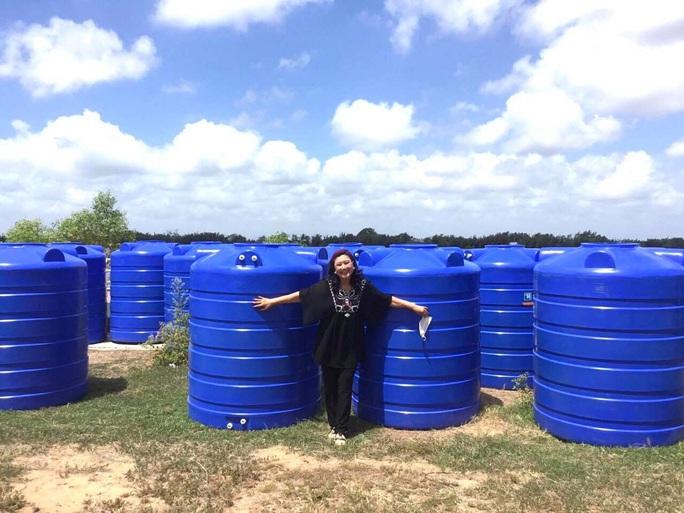 NSND Kim Cương vận động mổ mắt nhân đạo, tặng thùng đựng nước cho người nghèo - Ảnh 4.