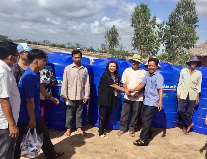 NSND Kim Cương vận động mổ mắt nhân đạo, tặng thùng đựng nước cho người nghèo - Ảnh 3.