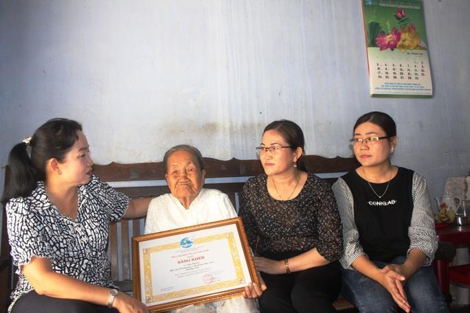 Cụ bà 93 tuổi được tặng bằng khen vì ủng hộ tiền phòng, chống dịch Covid-19 - Ảnh 1.