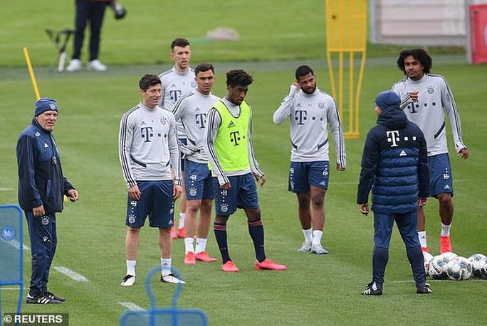 Bundesliga kỳ quặc trở lại, bất chấp hiểm họa Covid-19 - Ảnh 4.