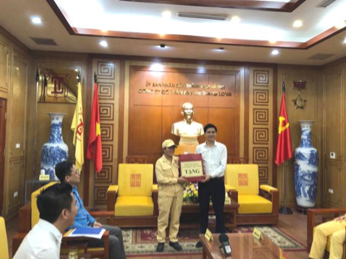 Lãnh đạo Tổng LĐLĐ Việt Nam thăm, tặng quà công nhân bị tai nạn lao động - Ảnh 1.