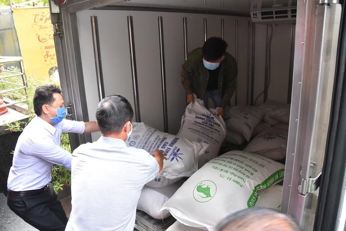 Hậu ATM thực phẩm: Hơn 1 tấn gạo, thức ăn đến với trẻ mồ côi, người tâm thần - Ảnh 5.
