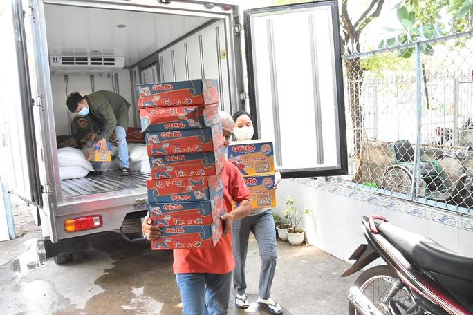 Hậu ATM thực phẩm: Hơn 1 tấn gạo, thức ăn đến với trẻ mồ côi, người tâm thần - Ảnh 4.