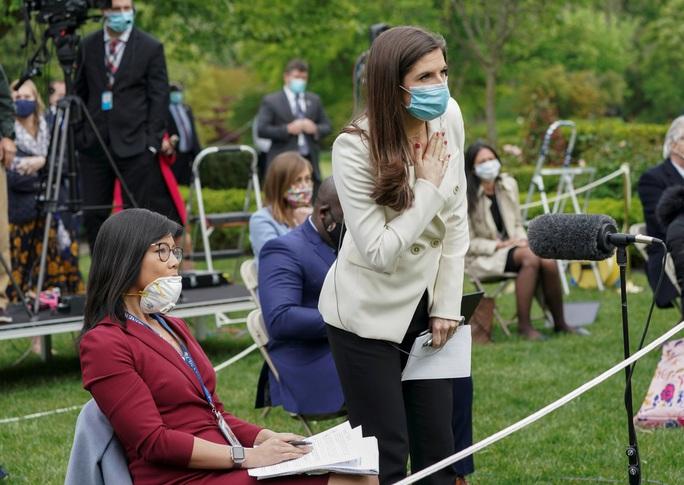 Covid-19: Bức xúc nữ phóng viên gốc Hoa, Tổng thống Trump bỏ ngang họp báo - Ảnh 3.