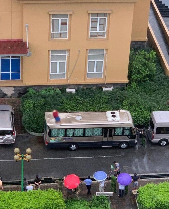Người đàn ông rơi từ tầng 18 chung cư xuống nóc xe khách tử vong - Ảnh 1.