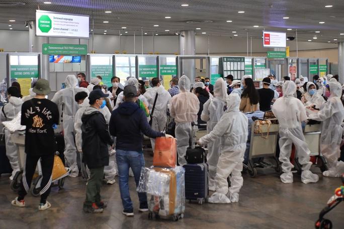 Lần đầu đưa 345 người Việt từ Nga về sân bay Vân Đồn sau khi dịch Covid-19 bùng phát - Ảnh 4.