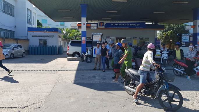 Bắt tại trận gã đàn ông vào trạm xăng dầu để cướp - Ảnh 1.