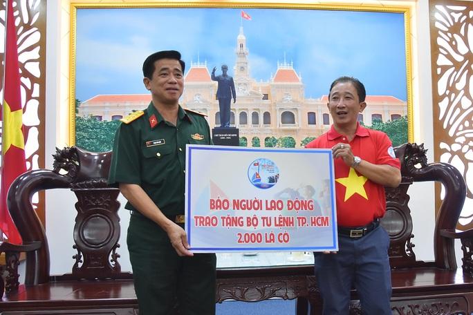 Tặng ngư dân huyện Cần Giờ 2.000 lá cờ Tổ quốc - Ảnh 1.