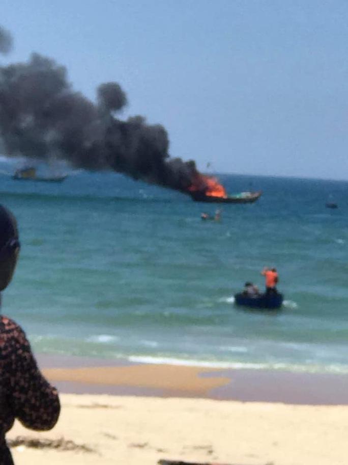 Quảng Nam: Tàu cá đang đậu bất ngờ bốc cháy dữ dội - Ảnh 1.