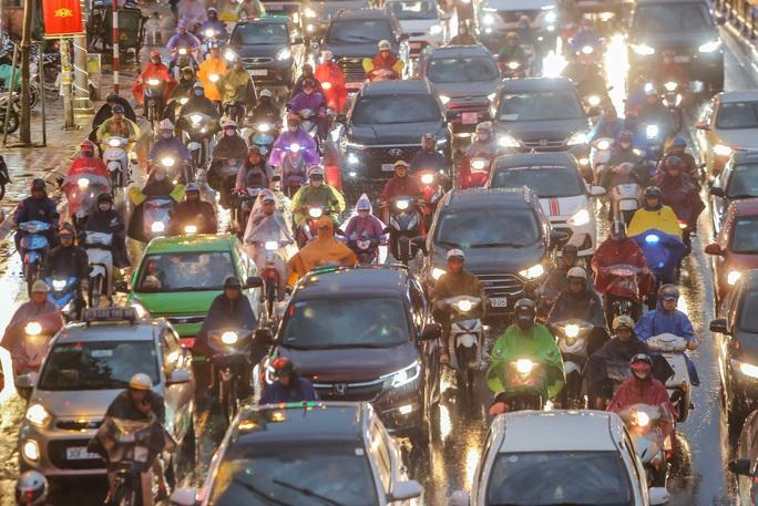 CLIP: Nhiều người chôn chân giữa phố Hà Nội sau giông lốc mạnh - Ảnh 2.