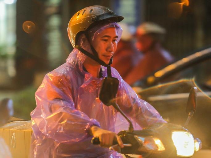 CLIP: Nhiều người chôn chân giữa phố Hà Nội sau giông lốc mạnh - Ảnh 4.