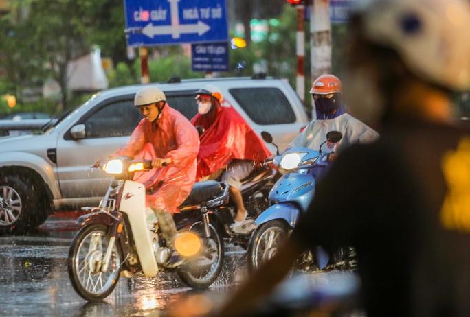 CLIP: Nhiều người chôn chân giữa phố Hà Nội sau giông lốc mạnh - Ảnh 6.