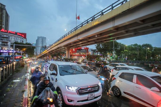 CLIP: Nhiều người chôn chân giữa phố Hà Nội sau giông lốc mạnh - Ảnh 7.